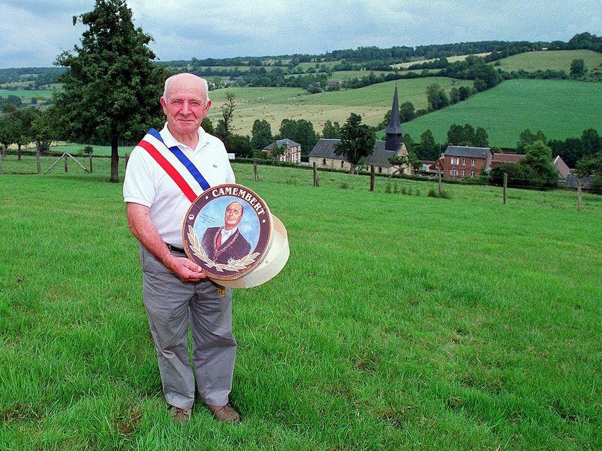 Jean Gaubert, le maire de Camembert et son formage à l'effigie de Jacques Chirac.