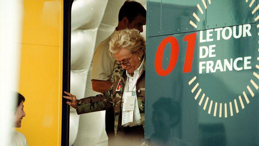 Bernadette, la femme de Jacques Chirac à l'arrivée du Tour de France à Sarran en 2001