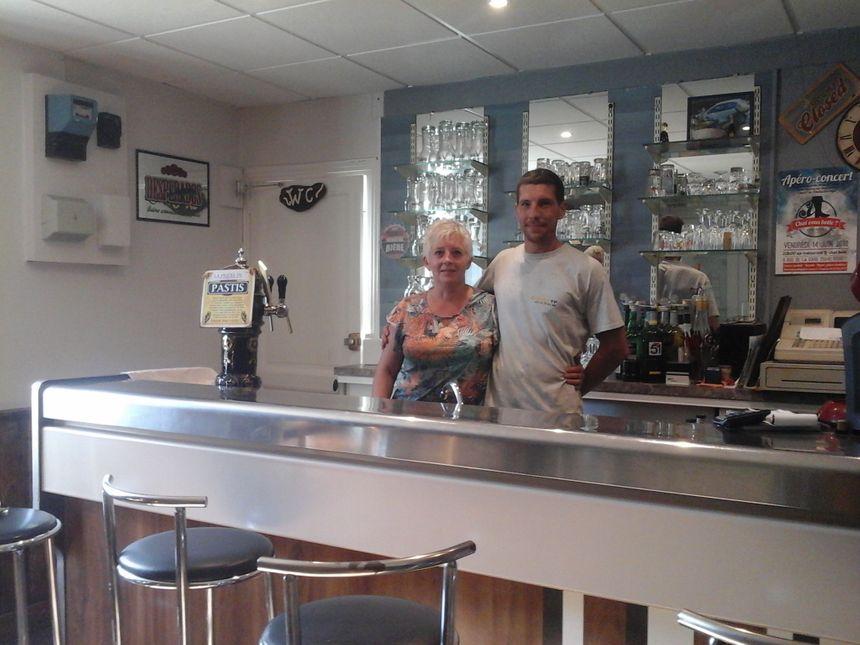 Nathalie et Anthony (les chiens ne font pas des chats fussent-ils bottés!) derrière le bar où dès potron-minet la vie du village reprend du poil de la bête ! - Radio France