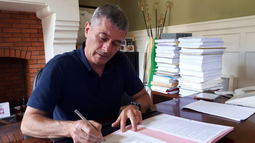 Laurent Masselot, maire de Ceyrat signe son arrêté anti-pesticides en soutien au maire breton de Langouët.
