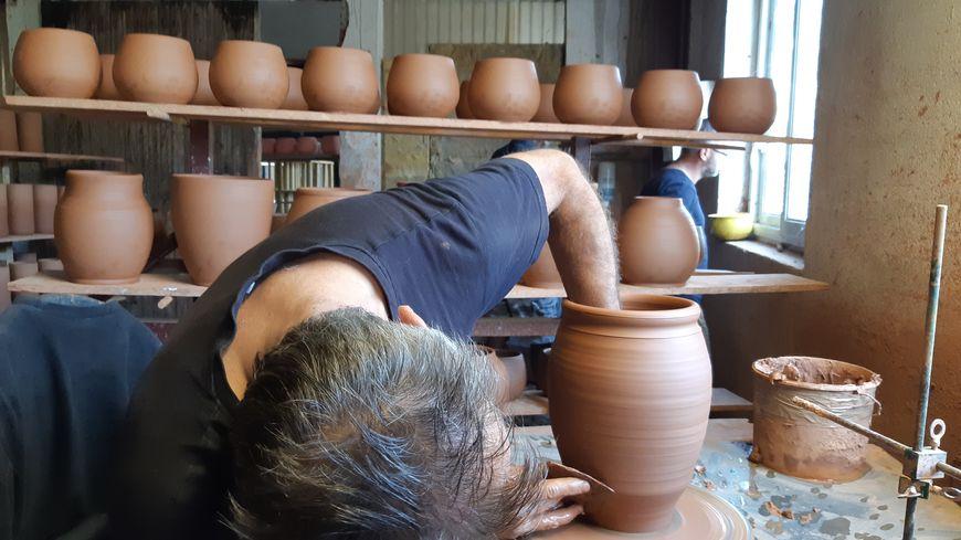 La visite des ateliers des Poteries d'Albi pour voir un vase naître en quelques minutes.