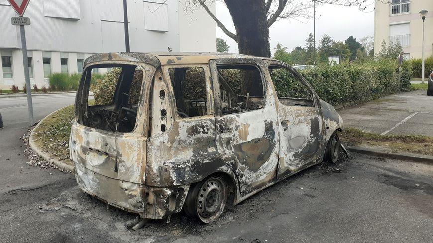 14 voitures ont été incendiées dans la nuit de mardi à mercredi dans le quartier de Penhars à Quimper.