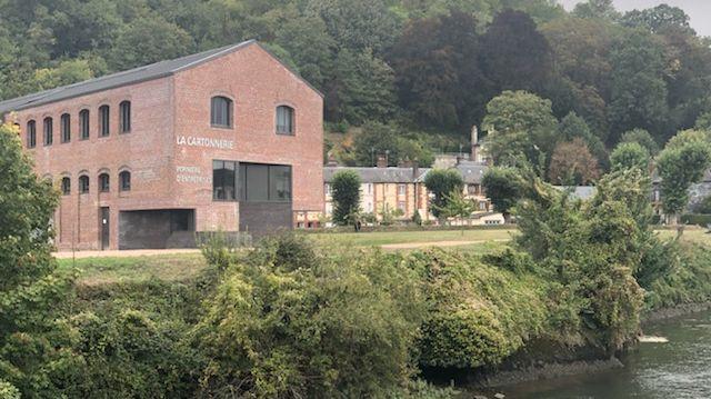 Fermée en 2005, la cartonnerie de Pont-Audemer est une pépinière d'entreprises depuis 2013. Les bureaux et ateliers sont tous occupés et accueillent une cinquantaine de salariés