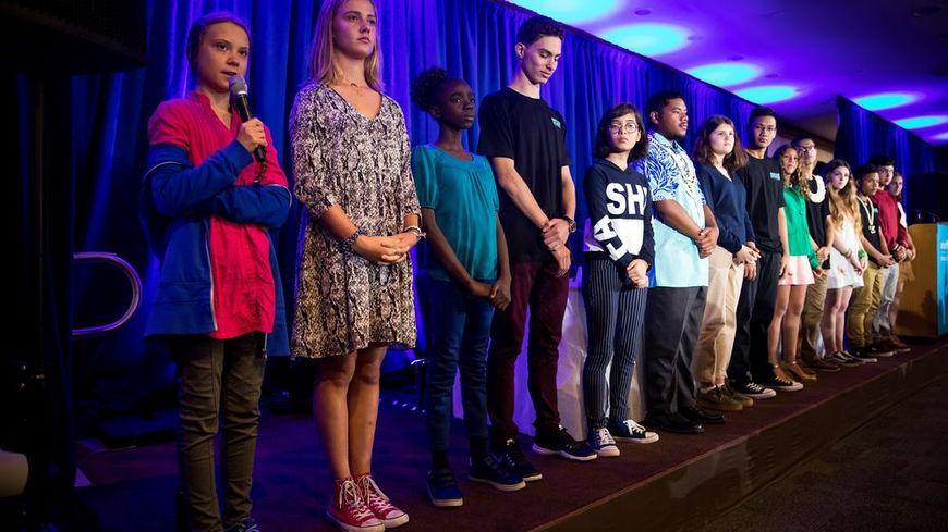 Iris Duquesne (2e à g.) aux côtés de Greta Thunberg et des autres jeunes reçus ce lundi à l'ONU.