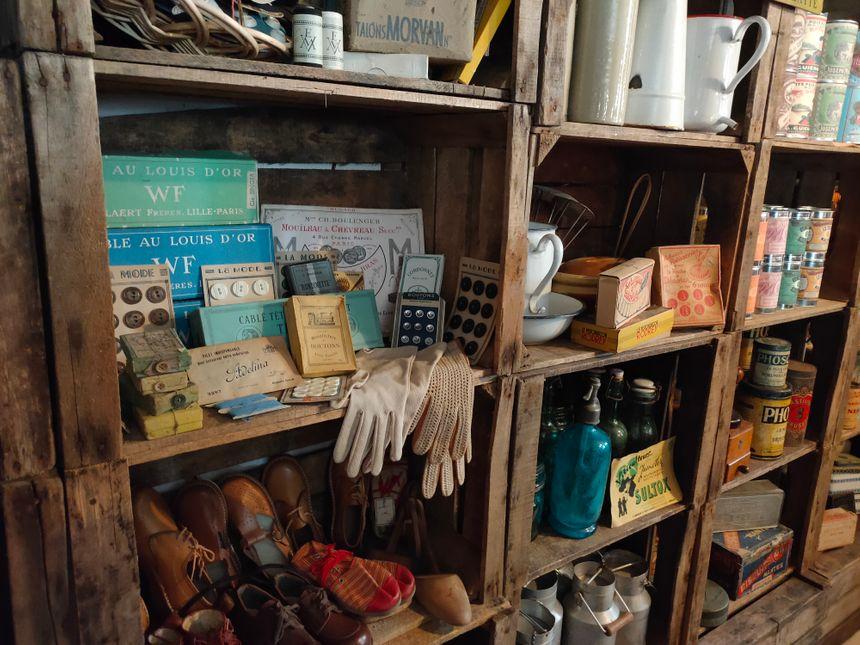 Tous les objets et meubles du salon ont été chinés et sont d'époque.