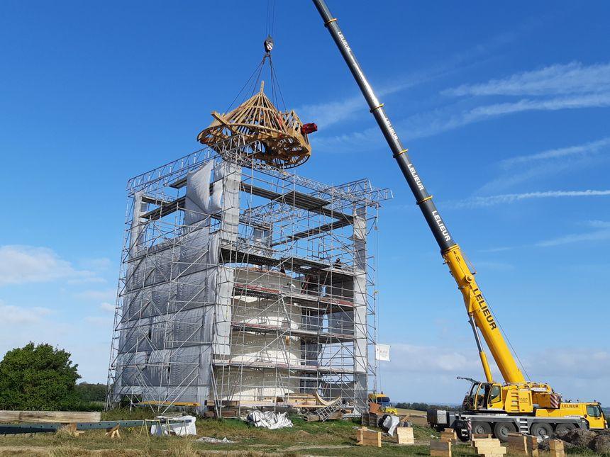 Le levage de la charpente est une étape importante de la rénovation du moulin.