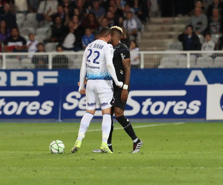 Le geste de Mickael Le Bihan qui lui a valu un carton rouge contre Troyes.