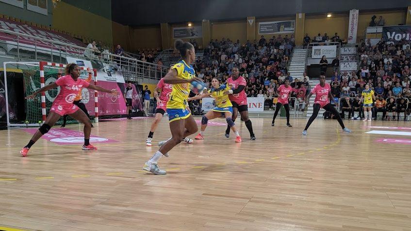Les joueuses du Fleury Loiret Handball, ici en défense (en rose), ont eu du mal à contenir les offensives de leurs adversaires, encaissant 38 buts.