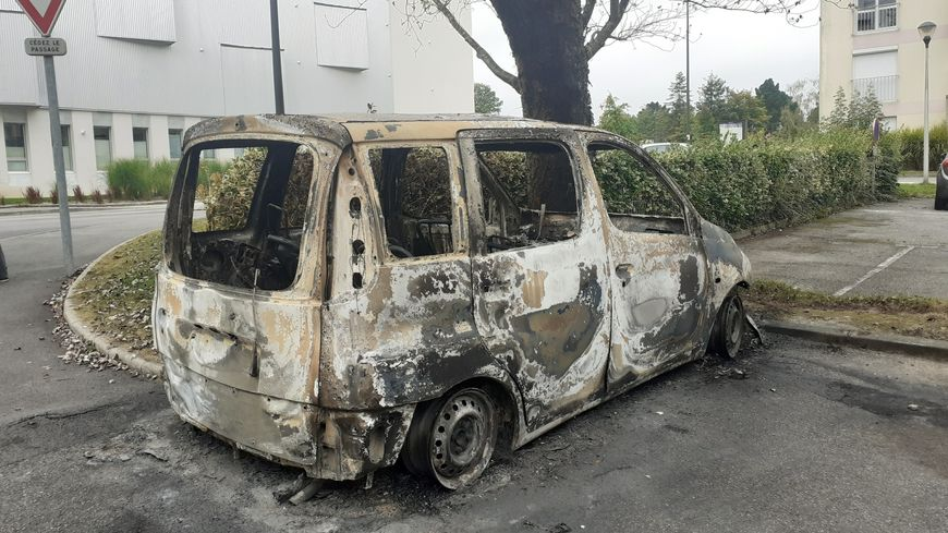 La carcasse d'une voiture incendiée dans le quartier de Penhars à Quimper.