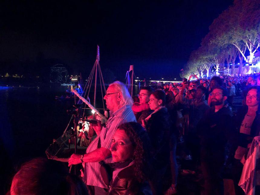 Beaucoup de monde sur les quais pour assister au spectacle La Loire au temps de la Renaissance