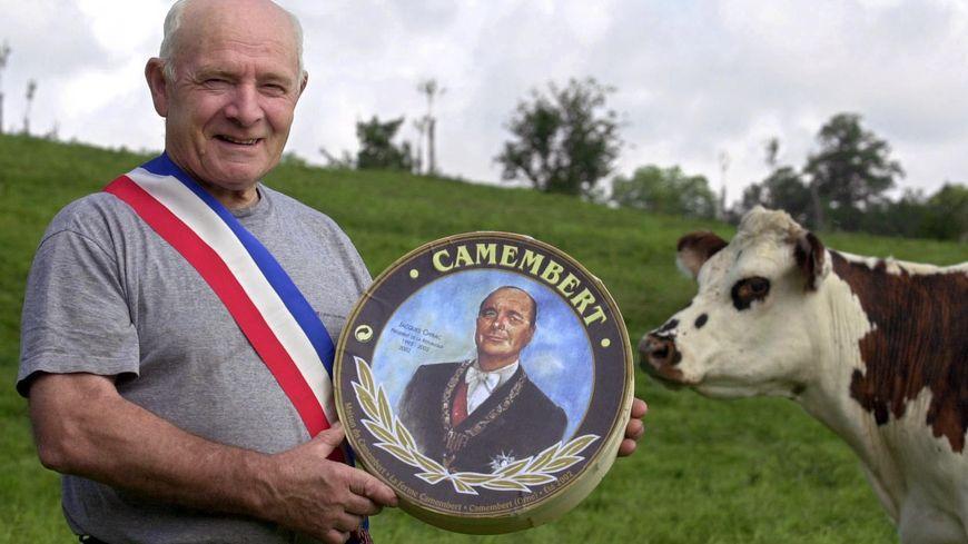 Jean Gaubert, maire de Camembert, a offert à Jacques Chirac une boîte de Camembert à son effigie en 2002