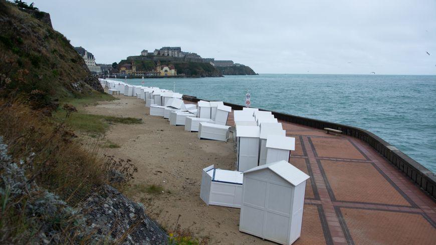 Le vent et les vagues ont endommagé près de la moitié des 150 cabines de plage de Granville.