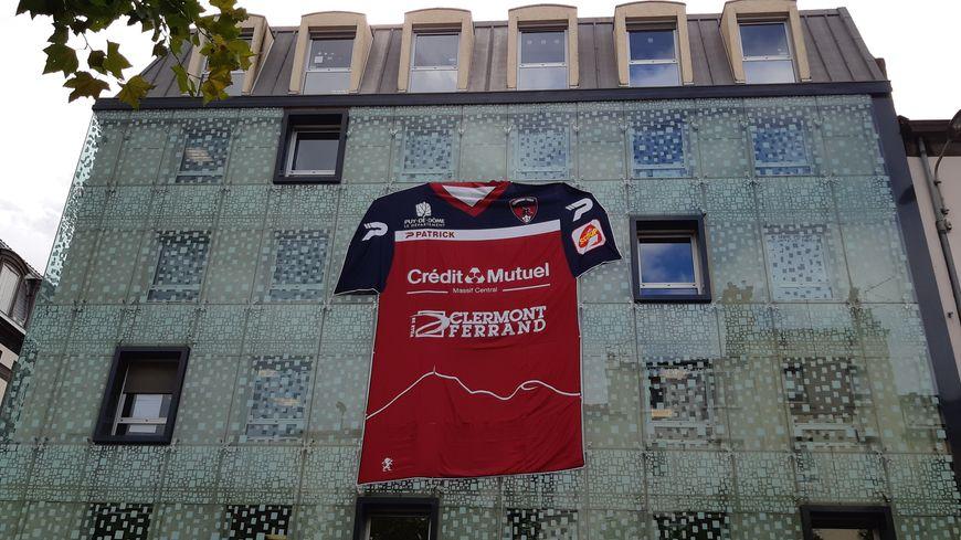 Le Clermont Foot s'affiche en géant sur la façade du Crédit Mutuel Massif Central