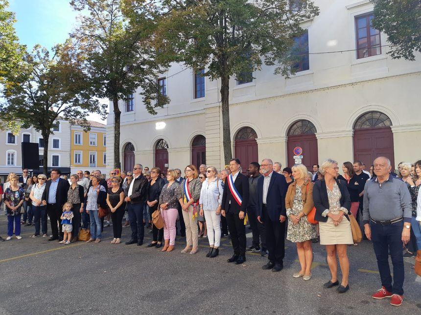 Une centaine de personnes se sont recueillies devant l'Hôtel de ville de Valence, en hommage à Jacques Chirac.