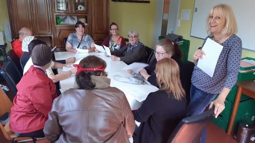 Danièle Nicolas anime la dernière réunion de préparation aux restos du coeur de Montbéliard