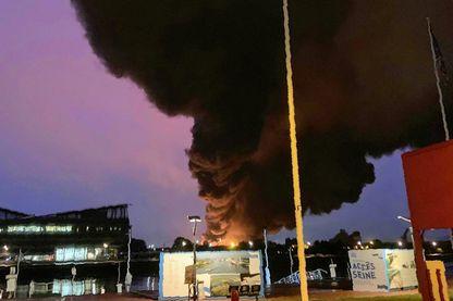 Des flots de fumée de l'usine de Lubrizol de Rouen en feu