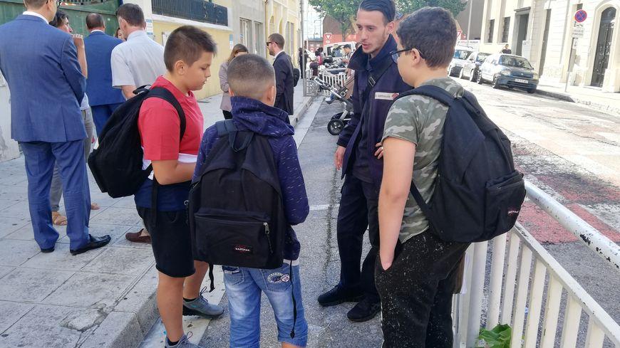 Les médiateurs scolaires sont présents devant les collèges des Alpes-Maritimes pour calmer les violences et le harcèlement