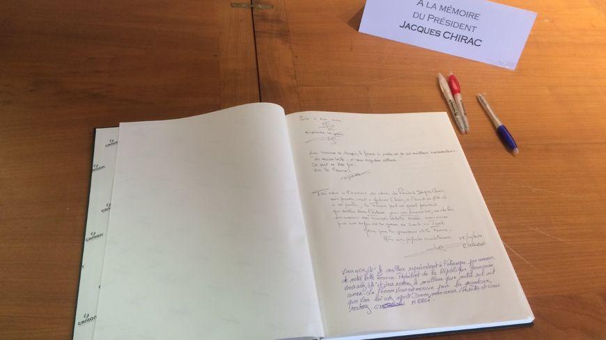 Le cahier de condoléances en hommage à Jacques Chirac