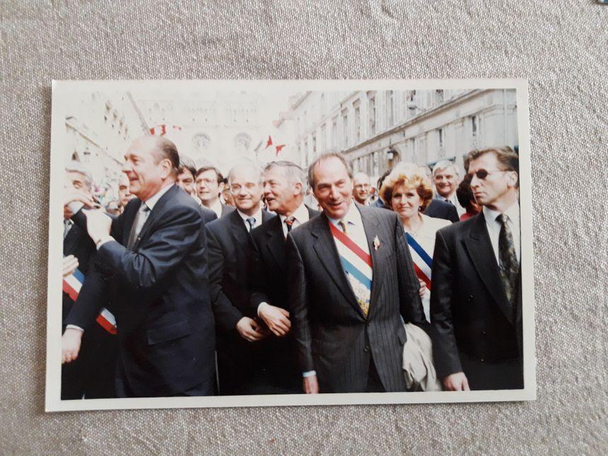 Jacques Chirac s'était rendu aux Fêtes Johanniques d'Orléans en 1996 (Annick Courtat est au deuxième plan à droite, en blanc)