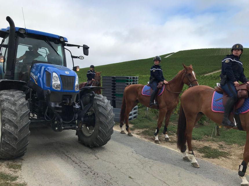 Les tracteurs circulent au milieu des escouades de la Garde Républicaine
