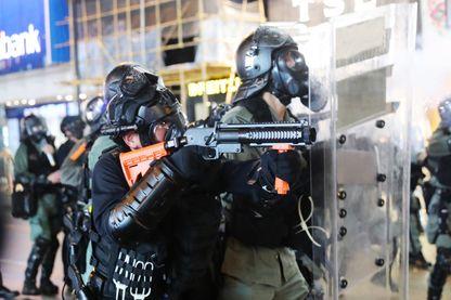 Policiers hongkongais lors des manifestations du weekend qui ont donné lieu à des scènes d'une grande violence autour des bâtiments officiels.