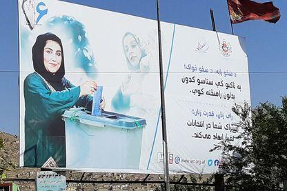 A Kaboul, des affiches appellent les femmes à aller voter pour la présidentielle.