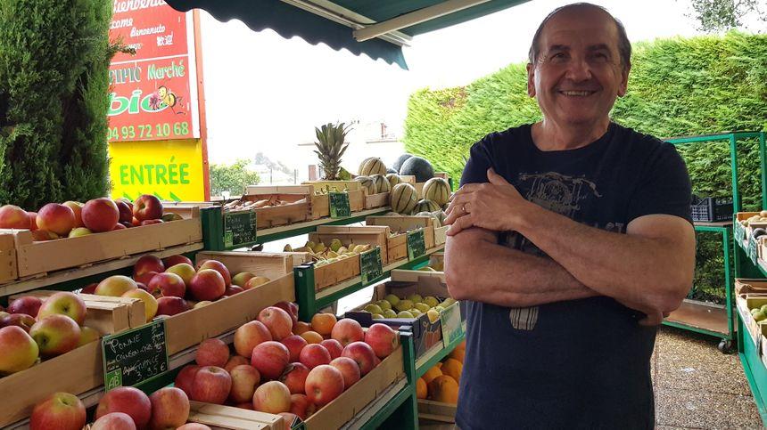 """Michel Unzueta est le patron du magasin 100% bio et indépendant """"Atipic Marché"""" à Nice dans le quartier de Fabron"""