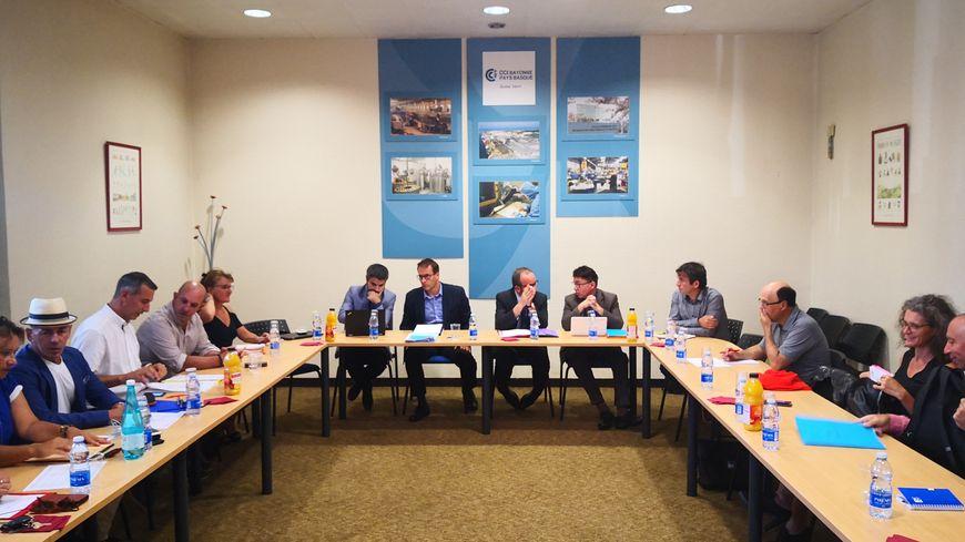 Les représentants de l'Etat et ceux des commerçants étaient à la CCI de Bayonne ce jeudi soir