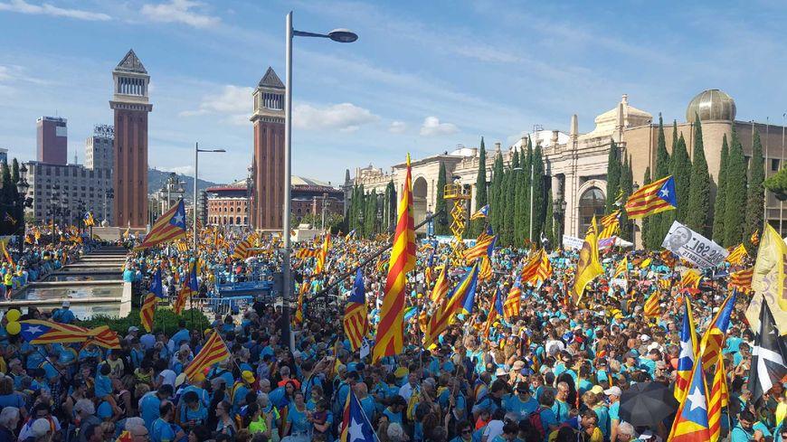 Une foule impressionnante s'est rassemblée sur la place d'Espagne à Barcelone