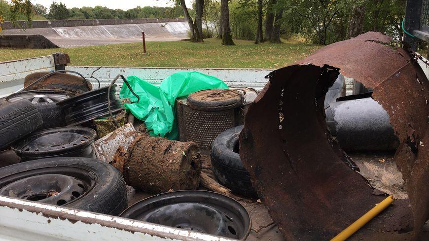 Déchets récupérés dans le lac de Bouzey asséché