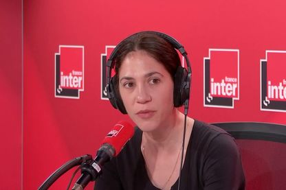 Alice Pfeiffer dans les studios de France Inter