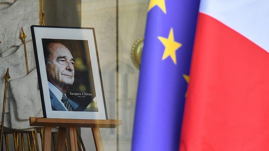 Les Français qui le souhaitent peuvent signer des cahiers de condoléances à l'Élysée.