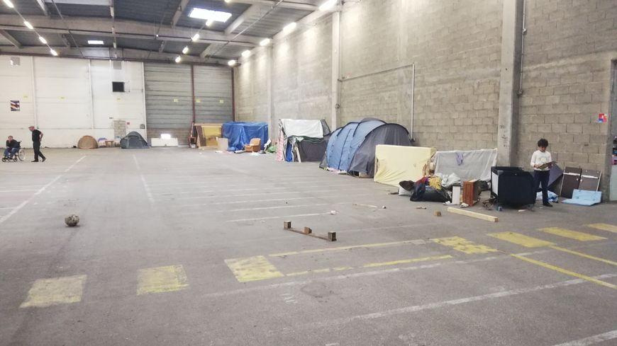 Plus de 200 personnes vivent actuellement dans l'entrepôt, dont 50 enfants
