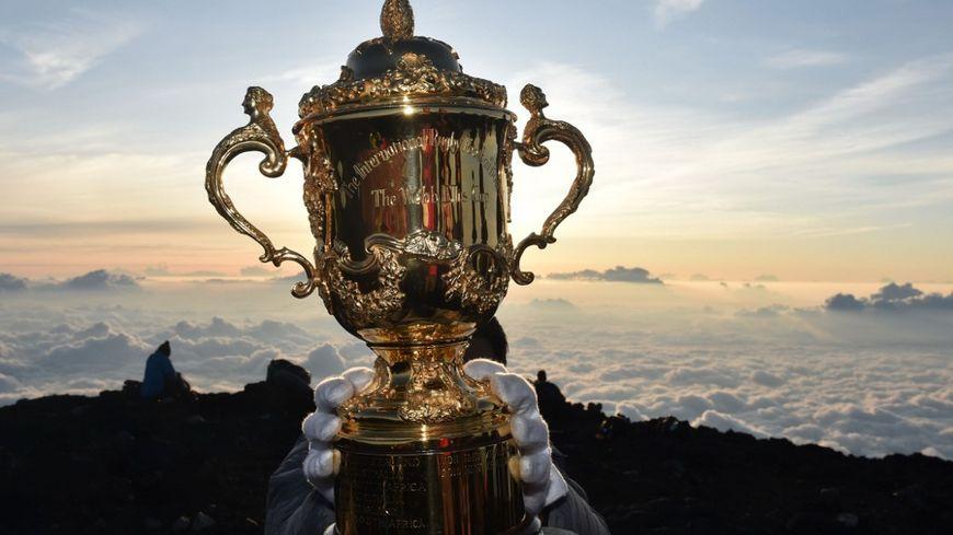 Le trophée Webb Ellis au sommet du mont Fuji au Japon
