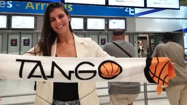Ana Dabovic arbore l'étandard des Tango de Bourges dès son arrivée à l'aéroport à Paris.
