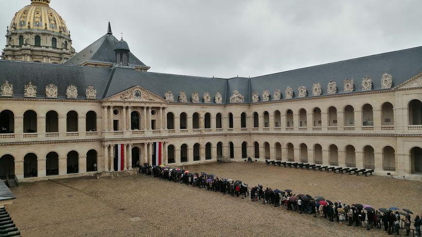 Le public dans la cour d'honneur des Invalides, avant d'aller se recueillir devant le cercueil de jacques Chirac.