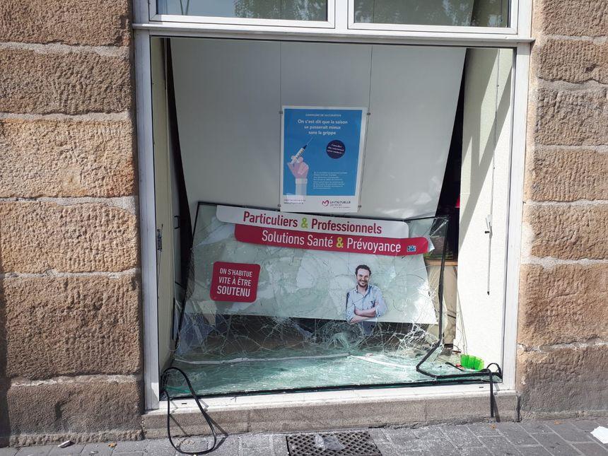 """Les vitrines de la """"Mutuelle Générale"""" ont été complètement brisées, à Nantes."""