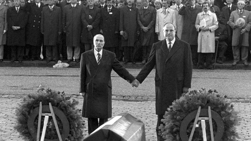 François Mitterand et Helmut Kohl, main dans la main le 22 septembre 1984
