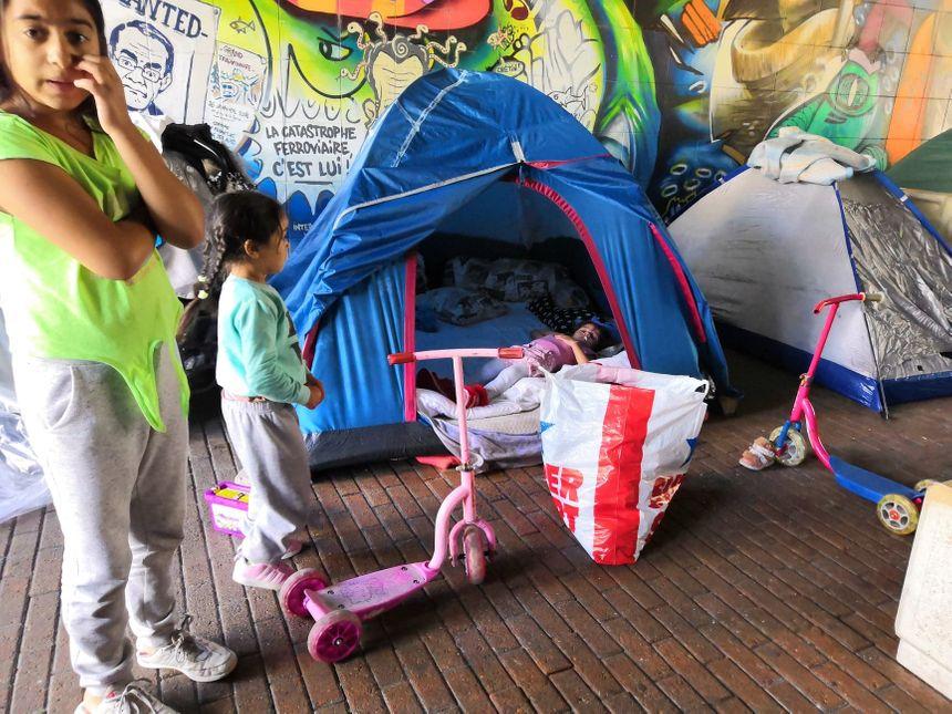 Plusieurs enfants vivent sous ce pont, dans des conditions totalement insalubres
