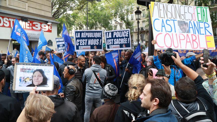 Des policiers manifestent devant le siège de La France Insoumise à Paris, jeudi  26 septembre.