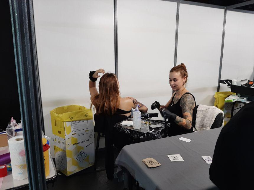 Les gens viennent parfois de loin pour se faire tatouer.