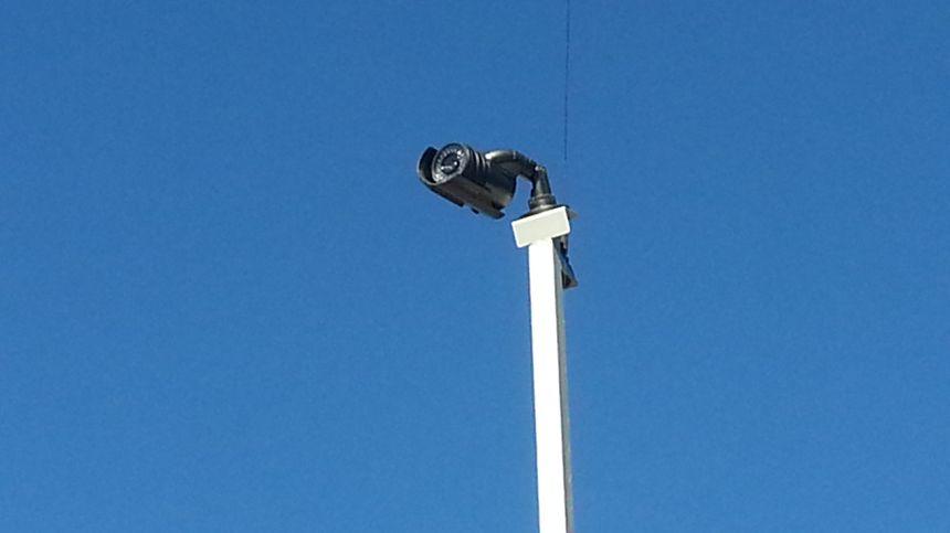 La caméra est installé sur un mât à près de cinq mètres de haut