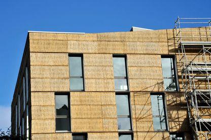 Isolation thermique sur le chantier d'un bâtiment en construction à Nantes