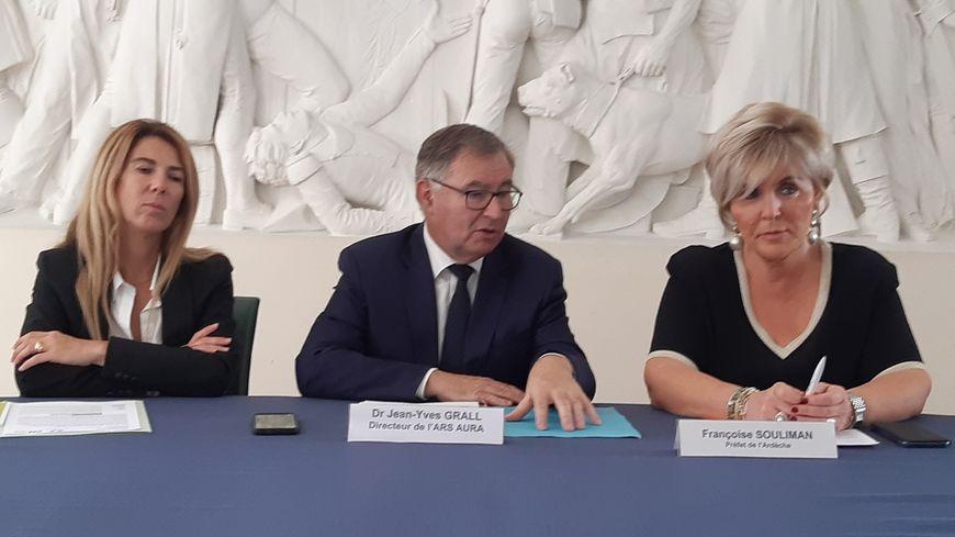 Le directeur de l'agence régionale de santé avec la préfète de l'Ardèche et la directrice de l'ARS en Ardèche