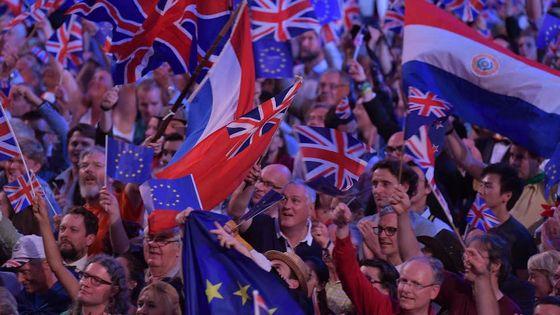 Les spectateurs de la dernière soirée des BBC Proms agitent de nombreux drapeaux, dont ceux aux couleurs de l'Union Européenne
