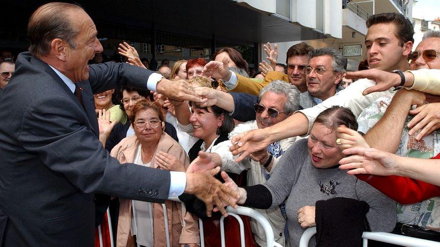 Jacques Chirac s'offre un bain de foule comme il les aimait à Châteauroux, le 30 mai 2002