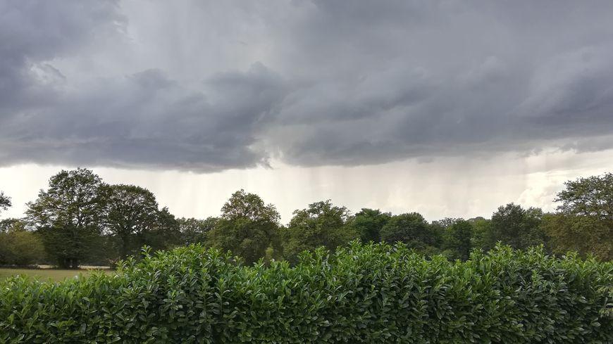 L'arrivée de l'orage et de la pluie sous un ciel nuageux à Saint-Bonnet Tronçais en août 2019.