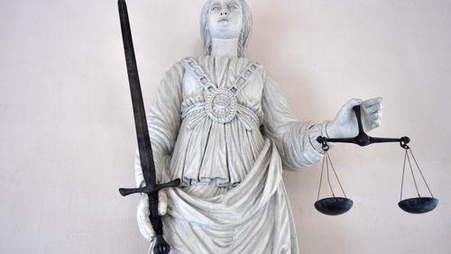 La justice doit-elle prendre en compte le calendrier politique?