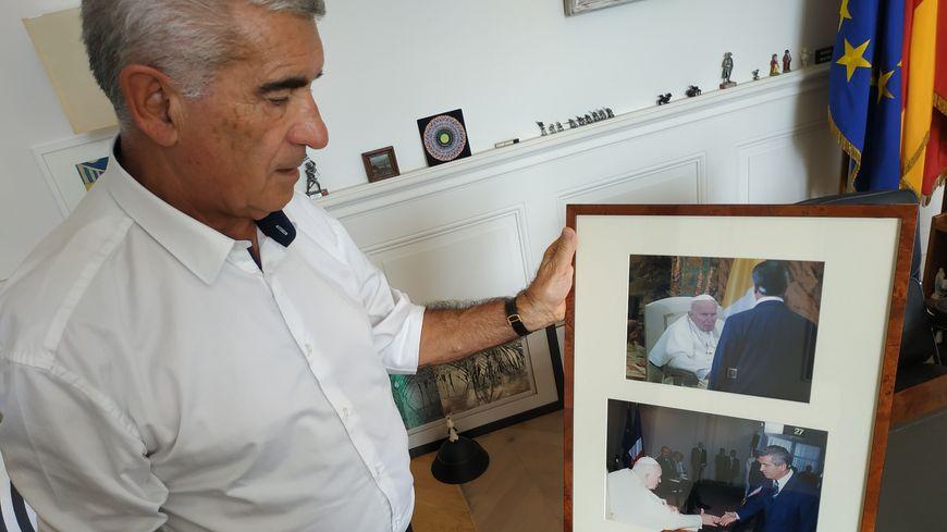 Gérard Trémège garde cette photo de sa rencontre avec le pape Jean-Paul II en 2004, et où l'on voit aussi Jacques Chirac.