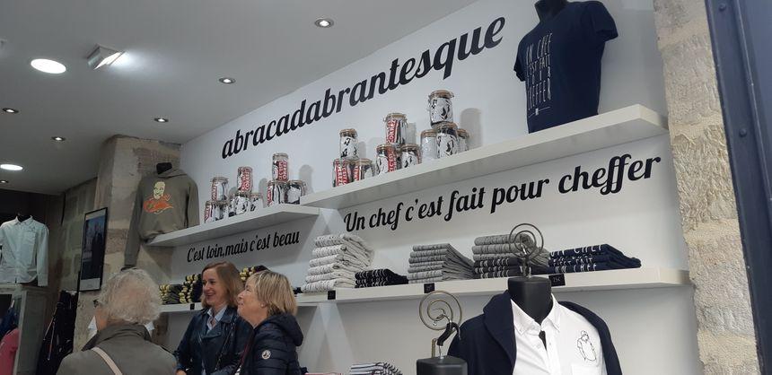 """Les acheteurs se pressent dans la boutique """"Ici c'est la Corrèze"""" à Brive"""